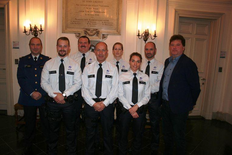 Jonathan Pieters en Kris De Kerpel (tweede en derde van links) en hun collega's redden het afgelopen jaar het leven van twee Lokeraars.