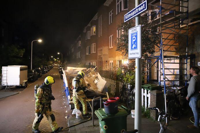 Twee bouwcontainers in de Klimopstraat in Den Haag zijn vannacht in brand gestoken.