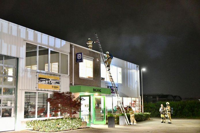 Brandweermannen op zoek naar de oorzaak van de rook.