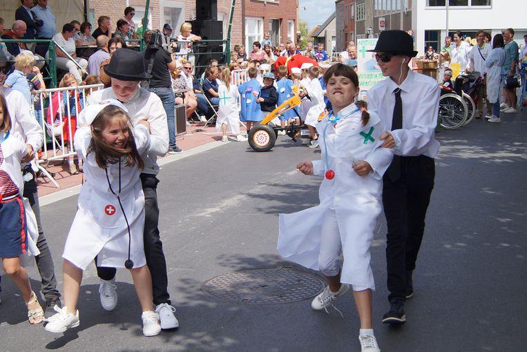 De apothekers en verpleegsters van het Egems oudercomité. De verpleegsters waren nogal weerspannig.
