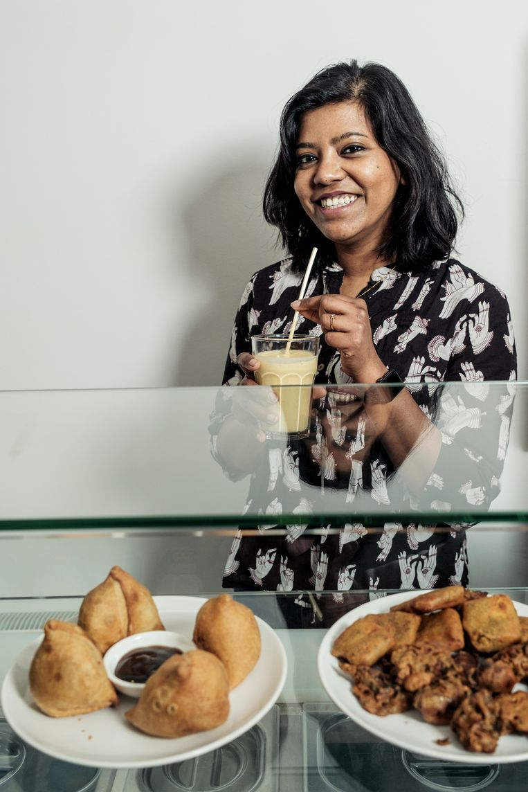 Paulami Joshi: 'Ik weet zeker dat iedereen de vada pav, aardappelburger, lekker vindt. Het is klassiek streetfood uit Mumbai en ik droom er heel vaak van.' Beeld Jakob van Vliet