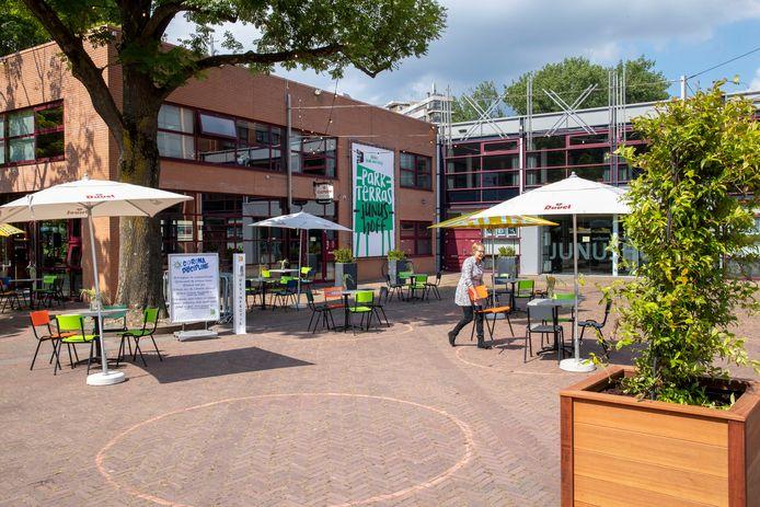 Het terras op het plein voor schouwburg Junushoff in Wageningen