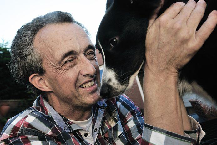 Christian van Meer met zijn hond Kokkie. Zijn honden sleepten hem door een donkere periode van zijn leven.