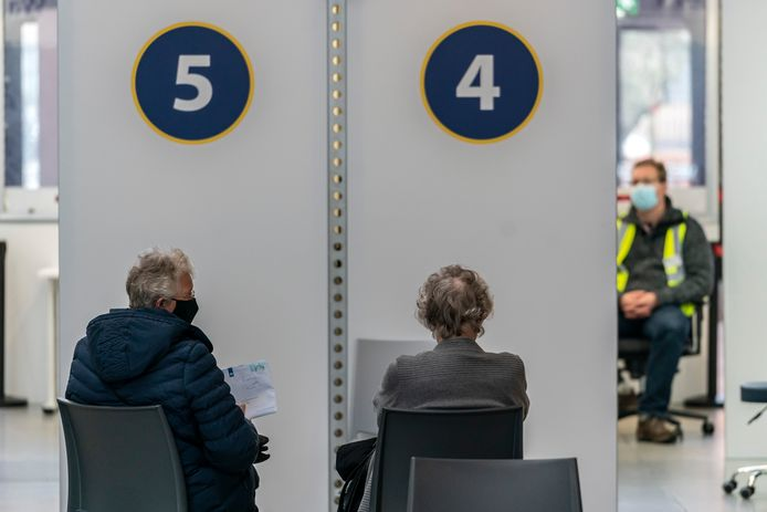 De vaccinatiestraat in de Brabanthallen.