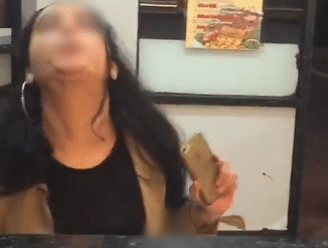 """""""We zijn Engels, ga naar je eigen land!"""": video toont racistische tirade van meisje dat werknemer snackbar bespuwt"""