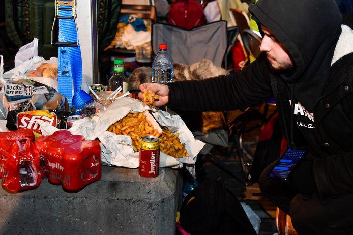 Frieten en pizza worden aangerukt op de Grote Markt om de honger te stillen.