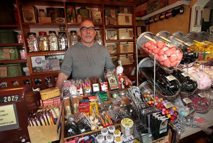 Cor Speelpenning stopt met de snoepwinkel van museum In Den Halven Maen in Rockanje. De inrichting kunnen bezoekers wel blijven bewonderen als het museum na een coronastop zijn deur opent.