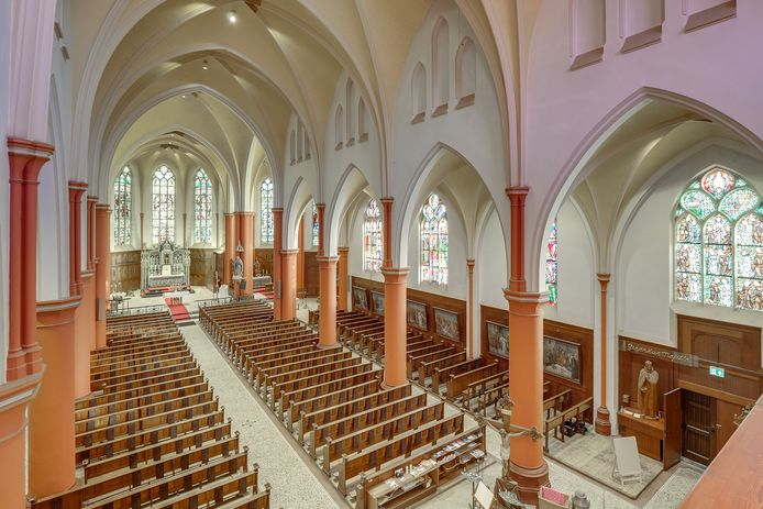 Het interieur van de grote St Josephkerk.