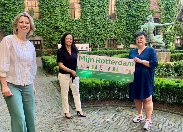 Wethouder Roos Vermeij (links) presenteerde deze week een nieuw digitaal wijkplatform, Mijn Rotterdam. Over de opzet met  wijkraden in Rotterdam leven nog veel vragen bij de gemeenteraad.