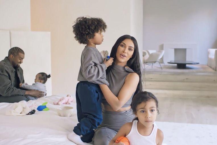 Kim Kardashian, Kanye West en kinderen in hun woning in Californië.