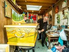 Kunstenaar Theo van Leipsig uit Helmond beschildert doodskisten