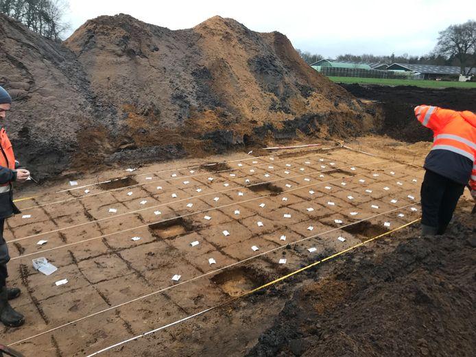 Het terrein in Voorthuizen is door archeologen in kleine vakjes verdeeld.
