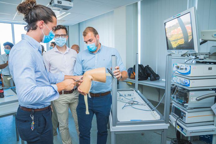"""Sommige oefeningen gebeuren op namaaklichaamsdelen, zoals hier. """"Maar het grootste deel van de bootcamp bestaat uit training op menselijke lichamen"""", zegt chirurg prof. Wouter Willaert."""
