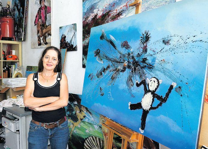 Sophie Anastasia bij het omstreden werk dat de ramp met de MH17 verbeeldt.