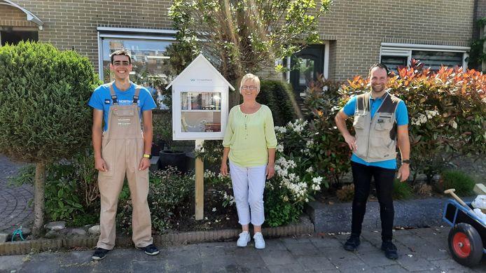 Stefan Batenburg (leerling BWI), Nellie de Bie en René van Gorsel (vakgroepleider BWI) bij de nieuwe minibieb.