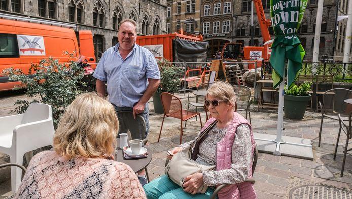 Cafébaas Randy Dury met in de achtergrond de werken aan het kruispunt aan de Neermarkt.