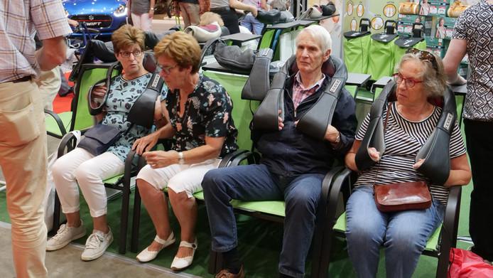 Deze senioren genieten van de massagekussens.