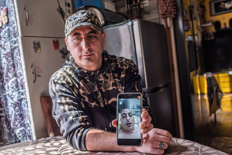 Fransman Amirouche Hammar gold even als de Europese patient zero en genoot van zijn nieuwe status: zijn deur werd platgelopen door cameraploegen en journalisten. Beeld Belgaimage
