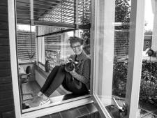 Fotograaf Karin Huijzendveld uit Harderwijk pakt de essentie van de coronalockdown: opgesloten zijn en verlangend naar buiten kijken