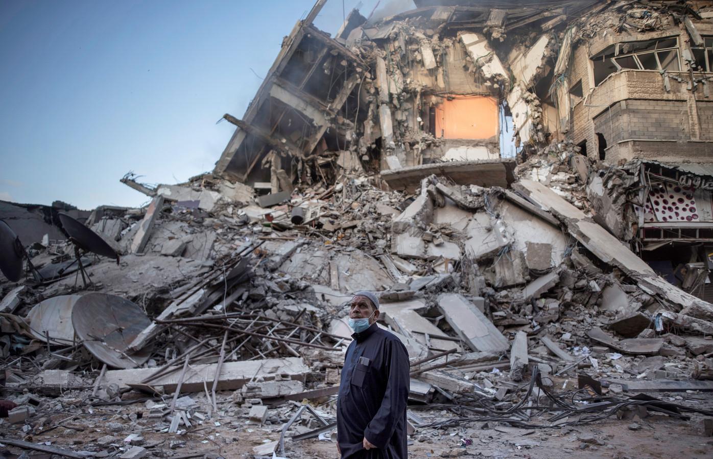 Een Palestijnse man bij een gebouw dat doelwit was van een luchtaanval van de Israëli.