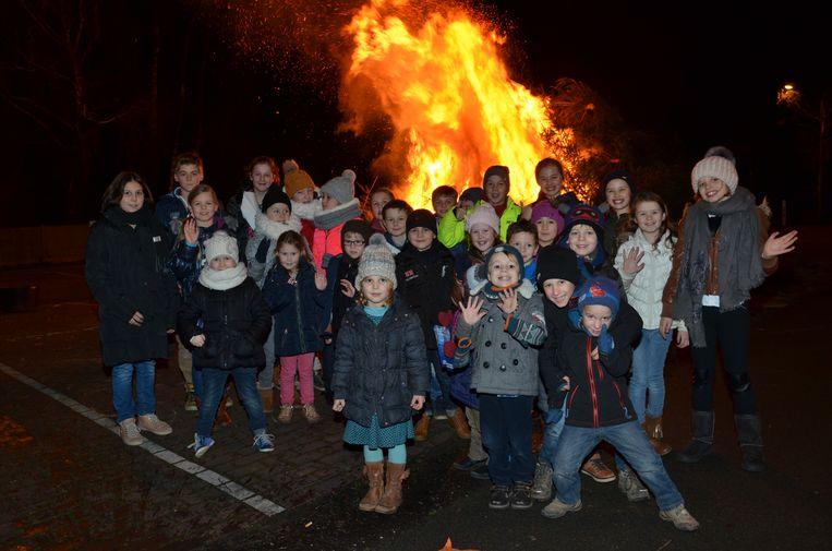 De kerstboomverbranding op het Sint-Hubrechtsplein in Sint-Eloois-Winkel vorig jaar.