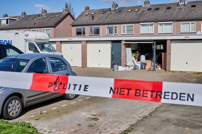 De politie doet onderzoek bij de garagebox.