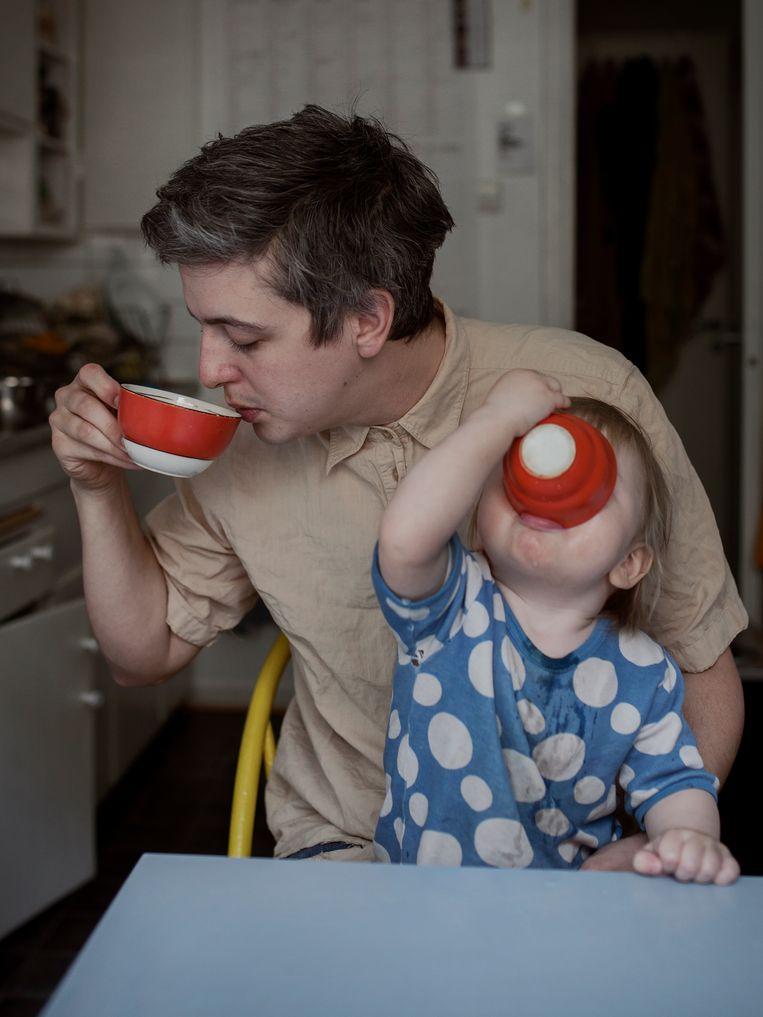 Loui (28), kunstenaar, heeft een jaar verlof opgenomen om met zijn zoon Elling te kunnen zijn. 'Eigenlijk is dat thuis nooit een discussie geweest.' Beeld Johan Bävman