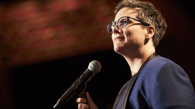 Hannah Gadsby tijdens haar show 'Nanette'. Beeld Netflix
