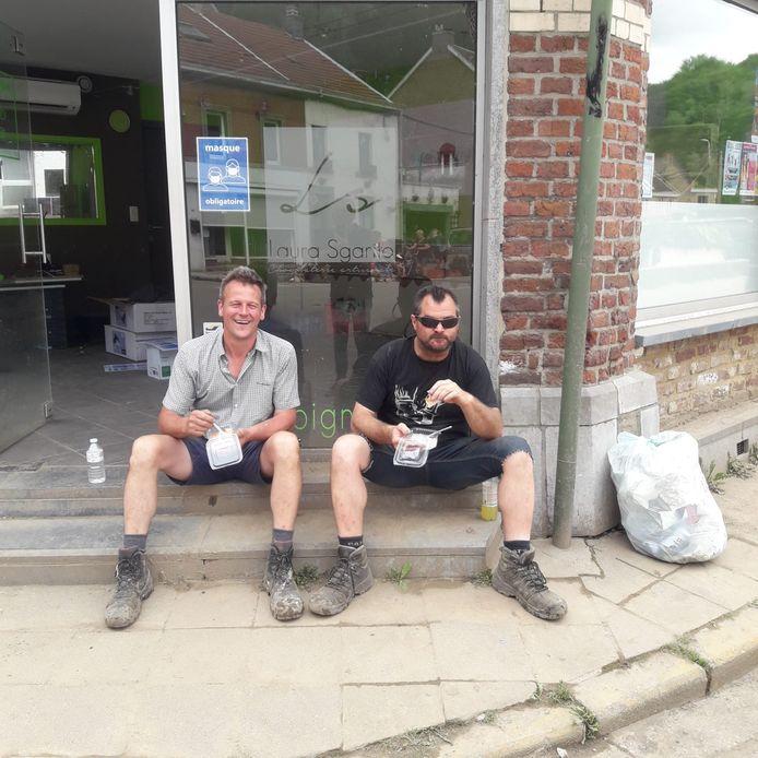 Samen met kompaan Brecht (links op de foto) ging Jacques helpen in Pepinster.
