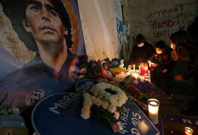 Inwoners van Napels rouwen om Diego Maradona.