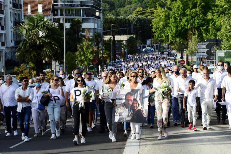 Veronique Monguillot, de vrouw van buschauffeur Philippe Monguillot, leidt de witte mars ter ere van haar man samen met haar dochters.