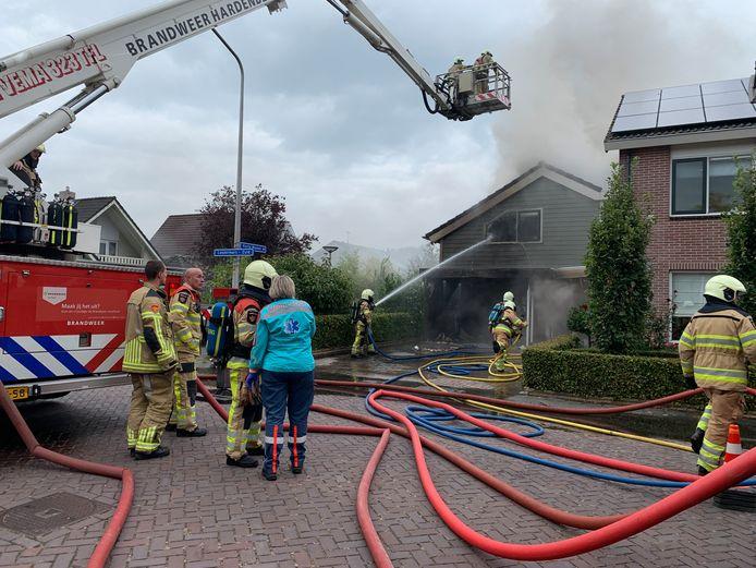 De aangrenzende schuur van de woning brandde volledig uit.