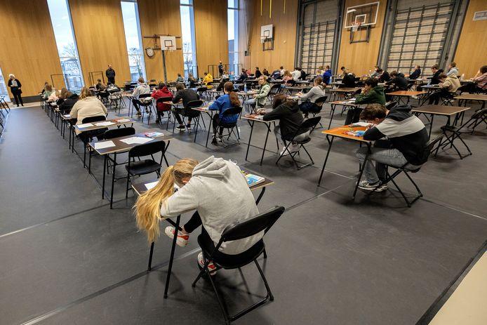 Scholieren in coronatijd: eindexamenkandidaten van het Augustinianum in Eindhoven zitten op precies 1,5 meter afstand van elkaar in de sportzaal.