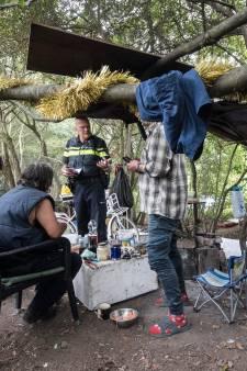 Leven tussen gedumpte banden, etensresten en plastic tassen in Tiel: 'Tobben om overeind te blijven'