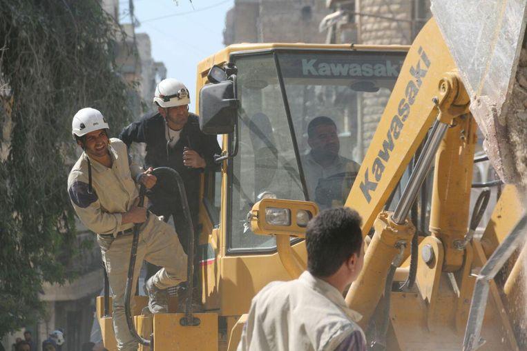 Ismail Alabdullah (links) tijdens een reddingsoperatie. Beeld White Helmets