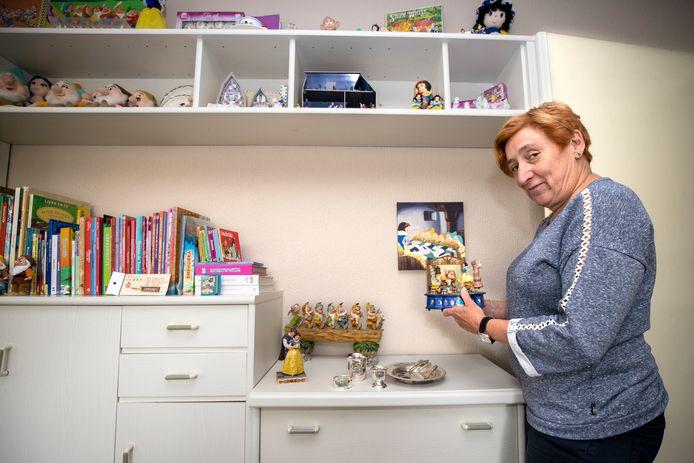 Laurence van Oudheusden met een deel van haar verzameling Sneeuwwitje-items.