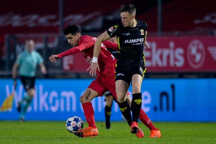 Oussama Bouyaghlafen namens Almere City FC in duel met Sam Beukema van Go Ahead Eagles