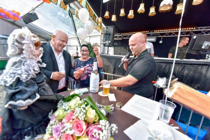 In 2018 gaven Rob en Monique elkaar het jawoord in de feesttent van 't Witte Paard. Gijs Gommers staat rechts op de foto.