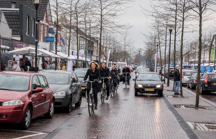 Lorette Bosch - Padberg fietst met raadsleden over de Gronausestraat.