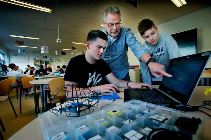 Sjef van den Boom met leerlingen in het nieuwe Sciencelab van het Dalton Vakcollege.