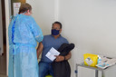 In huisartsenpraktijk Pollius in Hulst krijgt J.P. Bajaj het vaccin AstraZeneca toegediend.