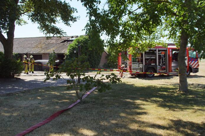 De brandweer bij de schuur in Kilder waar brand uitbrak.