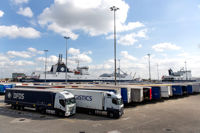 Transport en Logistiek Nederland (TLN) waarschuwde al eerder dit jaar dat steeds meer migranten aan boord van vrachtwagens proberen te klimmen