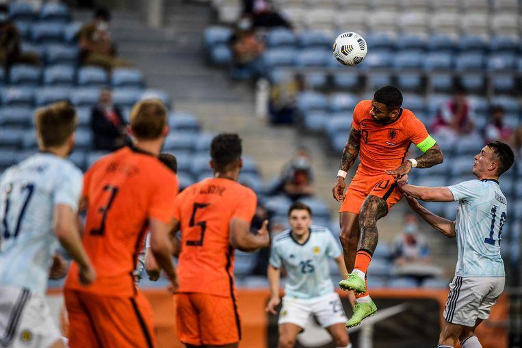 Memphis Depay hangt stijlvol in de lucht. Hij maakte beide treffers voor Oranje. Beeld AFP