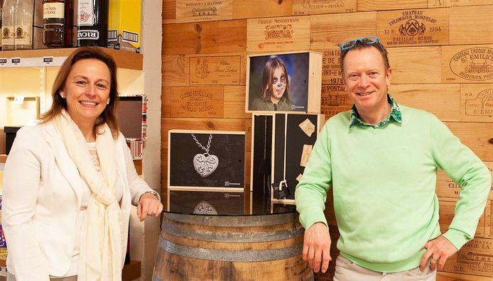 Joeri Beelprez van wijnhandel KAVA, samen met schepen Stephanie Demeyer.