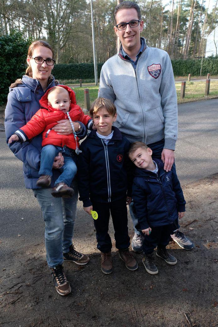 Luca (r.) met grote broer Mauro, kleine broer Alessio, papa Dave en mama Carry.
