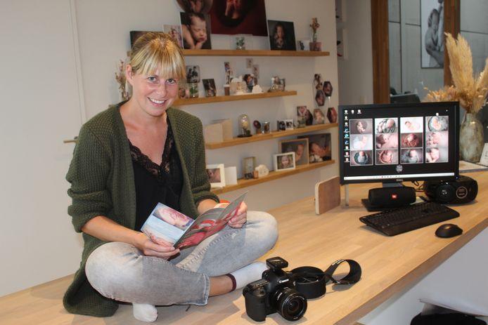 Kaat Bonte in haar eigen fotostudio in Aalter. Haar fototas staat altijd klaar voor wanneer de telefoon rinkelt.