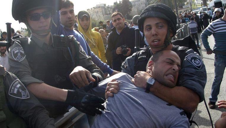 Een Palestijnse demonstrant wordt gearresteerd in Oost-Jeruzalem. Beeld epa