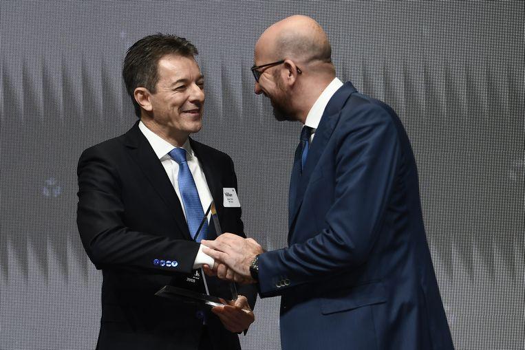 Johan Thijs krijgt zijn prijs uit handen van premier Charles Michel.
