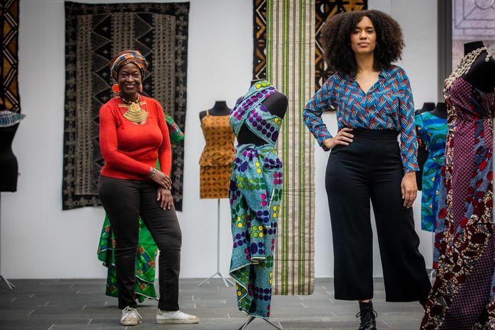Curators Nyamchama Okemwa (links) en Rachel Hansoul (rechts) brengen de Afrikaanse cultuur via stoffen naar Modemuseum Hasselt.